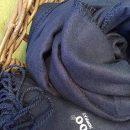 Blått bambuspledd i kurv